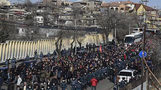 Ellenzéki tüntetők felvonulása Jereván belvárosában 2021. február 26-án
