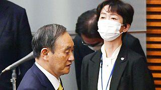 Japonya Başbakanı Suga (solda) ve istifa eden Kabine Halkla İlişkiler Sekreteri Makiko Yamada