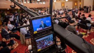 وسائل الإعلام خلال مؤتمر صحفي لوزير الخارجية الصيني في المركز الإعلامي في بكين