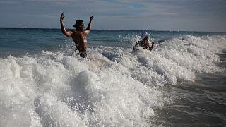 Dos jóvenes en una playa de México