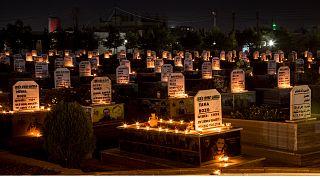 صورة أرشيفية تظهرشموعاً على قبور قتلى الحرب السورية في مدينة القامشلي شمالي البلاد (31/10/2019)