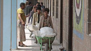 نازحون يمنيون يتسلمون مساعدات برنامج الغذاء العالمي في مدرسة وسط صنعاء. 2019/08/25