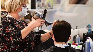 Friseurin Simone Gurzinski bei der Arbeit
