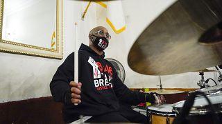يعزف تيرينس فلويد، شقيق جورج فلويد على الطبول مع فنانين آخرين خلال تسجيل ألبوم غنائي حول الاحتجاج مع القس كيفين ماكول في نيويورك.