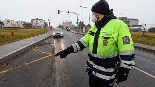 Un policier effectue un contrôle entre les villes de Ostrava et Opava, près de Dehylov en République tchèque, le 01 mars 2021