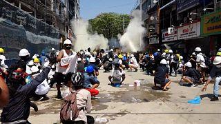 شاهد: المتظاهرون والإنقلابيون في ميانمار ولعبة التحدي المميتة