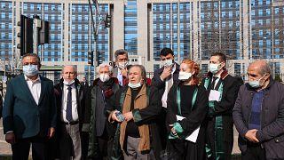 Οι Μιουζντάτ Γκεζέν, ηλικίας 77 ετών και Μετίν Ακπινάρ, 79 ετών, βρίσκονταν αντιμέτωποι με ποινή κάθειρξης έως 4 έτη και 8 μήνες.