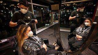 Két hónapos szünet után március 1-én újra kinyithatnak a néemt fodrászatok. Shan Rahimkhan berlini üzletében már napfelkelte előtt megérkezett az első vendég
