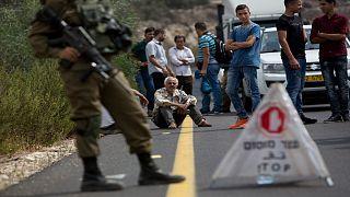 فلسطينيون ينتظرون أمام أحد الحواجز العسكرية الإسرائيلية في الضفة الغربية المحتلة
