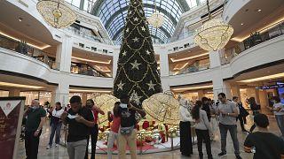 أناس يتجولون في مركز تجاري في دبي. 2020/12/27