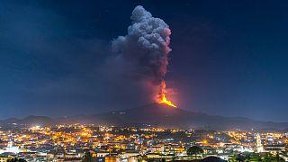 Erupção do Etna a 24 de fevereiro, vista sobre a cidade de Pedara