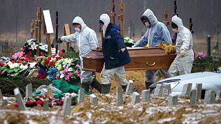 خاکسپاری قربانیان کرونا در روسیه