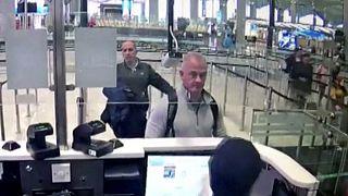 Eski Nissan üst yöneticisi Lübnan asıllı Carlos Ghosn'un Japonya'dan Lübnan'a kaçmasına yardım etmekle suçlanan Michael Taylor'ın, İstanbul Havaalanındaki görüntüsü (arşiv)