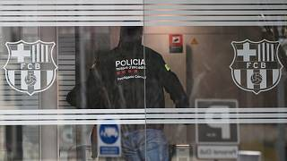تفتيش مكاتب نادي برشلونة لكرة القدم في 01 مارس 2021 في برشلونة