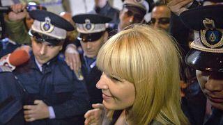 A letartóztatás pillanata: Elena Udrea, volt román turisztikai miniszter rendőrök gyűrűjében