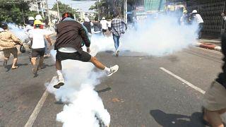 قوات الأمن تطلق الرصاص على المتظاهرين في بورما واستهدا�� صحافيين
