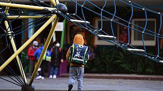 Kinder auf Schulhof in Deutschland
