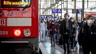 مسافرون يرتدون أقنعة على رصيف محطة قطار في مدينة فرانكفورت الالمانية. 2021/03/02