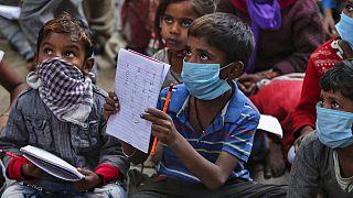 Hindistan'da Covid-19 salgınında derslerine devam eden öğrenciler.