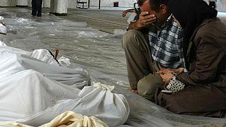 Archives - un couple se recueille devant les dépouilles de victimes d'une attaque chimique présumée perpétrée le 21/08/2013 dans la Ghouta orientale (Syrie)