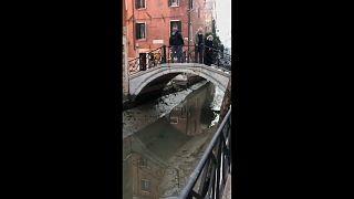 Niedrigwasser in einem Kanal in Venedig