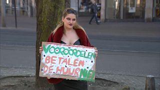 إحدى بائعات الهوى في هولندا تحتج على القيود المفروضة بسبب وباء كورونا وتراجع نشاط سوق الدعارة في أمستردام