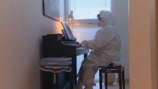 A galántai kórház főorvosa zongorázik a Covid-osztályon