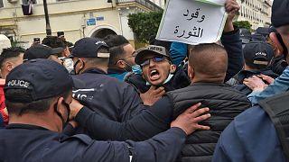 """مظاهرات في العاصمة الجزائرية تطالب بـ""""جزائر حرة وديمقراطية"""" و""""دولة مدنية وليس عسكرية"""""""