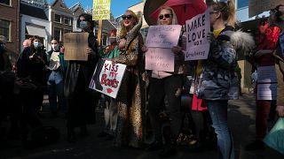 Trabajadoras sexuales portan pancartas en protesta por la desigualdad de trato y la estigmatización durante una manifestación en La Haya, Países Bajos, el 2 de marzo de 2021.
