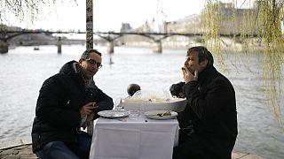 Déjeuner improvisé sur les bords de Seine