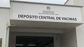 Deposito centrale dei vaccini, a Luanda.