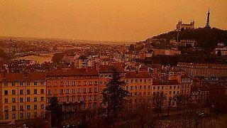 سماء مدينة ليون في فرنسا في 6 فبراير 2021، حيث أدى الغبار من الصحراء الكبرى إلى تلوين السماء باللون الأحمر