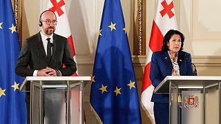 سالومه زورابیشویلی، رئیس جمهوری گرجستان(راست) و شارل میشل، رئیس شورای اتحادیه اروپا(چپ)