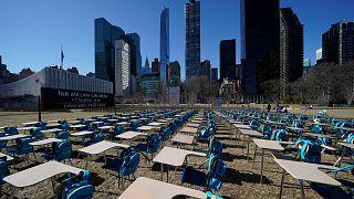"""168 leere Stühle: Das """"pandemische Klassenzimmer"""" klagt an"""