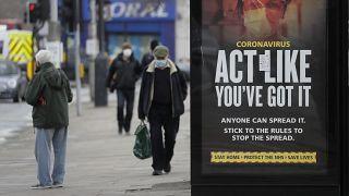 """Londra, 25 febbraio 2021. Un cartello pubblicitario ammonisce i passanti: """"agisci come se già avessi il virus. Chiunque può diffonderlo"""""""