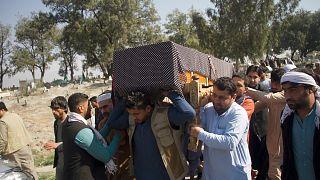 Afganistan'ın Nangarhar kentinde 3 kadın gazeteci, uğradıkları silahlı saldırıda hayatını kaybetti. Kadın gazeteciler toprağa verildi