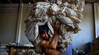 Bangladeş'te bir fabrika işçisi