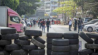 شاهد: المتظاهرون في ميانمار يحرقون إطارات العجلات ويلصقون لافتات العسكريين على الأرض لوقف الشرطة