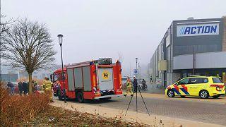 Mentő és tűzoltóautó várakoznak egy koronavírus-szűrőállomás előtt a hollandiai Bovenkarspelben, ahol szerda reggel robbanás történt
