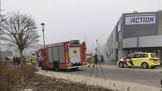 Serviços de emergência em frente a centro de despistagem de Bovenkarspel, Países Baixos