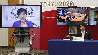 Presidente do comité organizador, Seiko Hashimoto (à direita), durante uma teleconferência com a governadora de Tóquio, Yuriko Koike