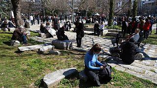 مردم پس از زلزله در شهر لاریسای یونان در میدان اصلی شهر تجمع کردند