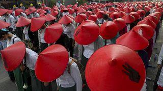 Lehrer und Studenten demonstrieren in Mandalay