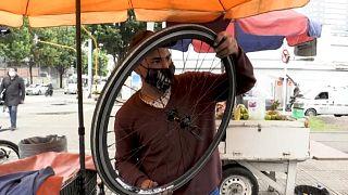 Yoandry Olivares, inmigrante venezolano en Colombia, arregla una bicicleta
