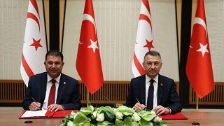 Ο Τούρκος Αντιπρόεδρος, Φουάτ Οκτάι με τον «πρωθυπουργό» Ερσάν Σανέρ