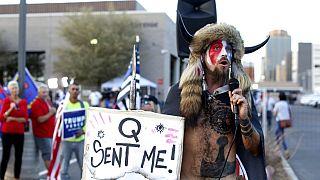 Anhänger der QAnon-Bewegung - Symbolbild