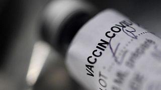 Image d'illustration : un flacon de vaccin contre la Covid-19 photographie à Garlan, en France, le 2 mars 2021