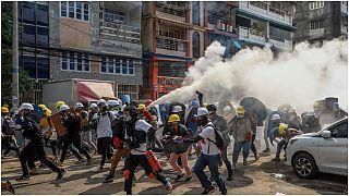 متظاهرون مناهضون للانقلاب في مواجهة رجال شرطة مكافحة الشغب في يانغون ، ميانمار ، الأربعاء 3 مارس 2021