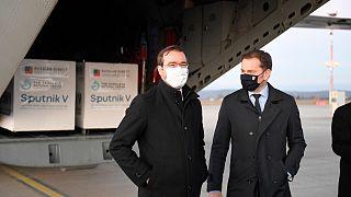 Slovakya Başbakanı Igor Matovic (sağ) ile Sağlık Bakanı Marek Krajci, Rusya'dan satın alınan Sputnik V aşısını getiren askeri uçağın önünde poz verdi