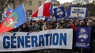 """أنصار مجموعة """"جيل الهوية"""" خلال مظاهرة في  باريس مناهضة لقرار وزير الداخلية الفرنسي المتعلق بحل المجموعة"""